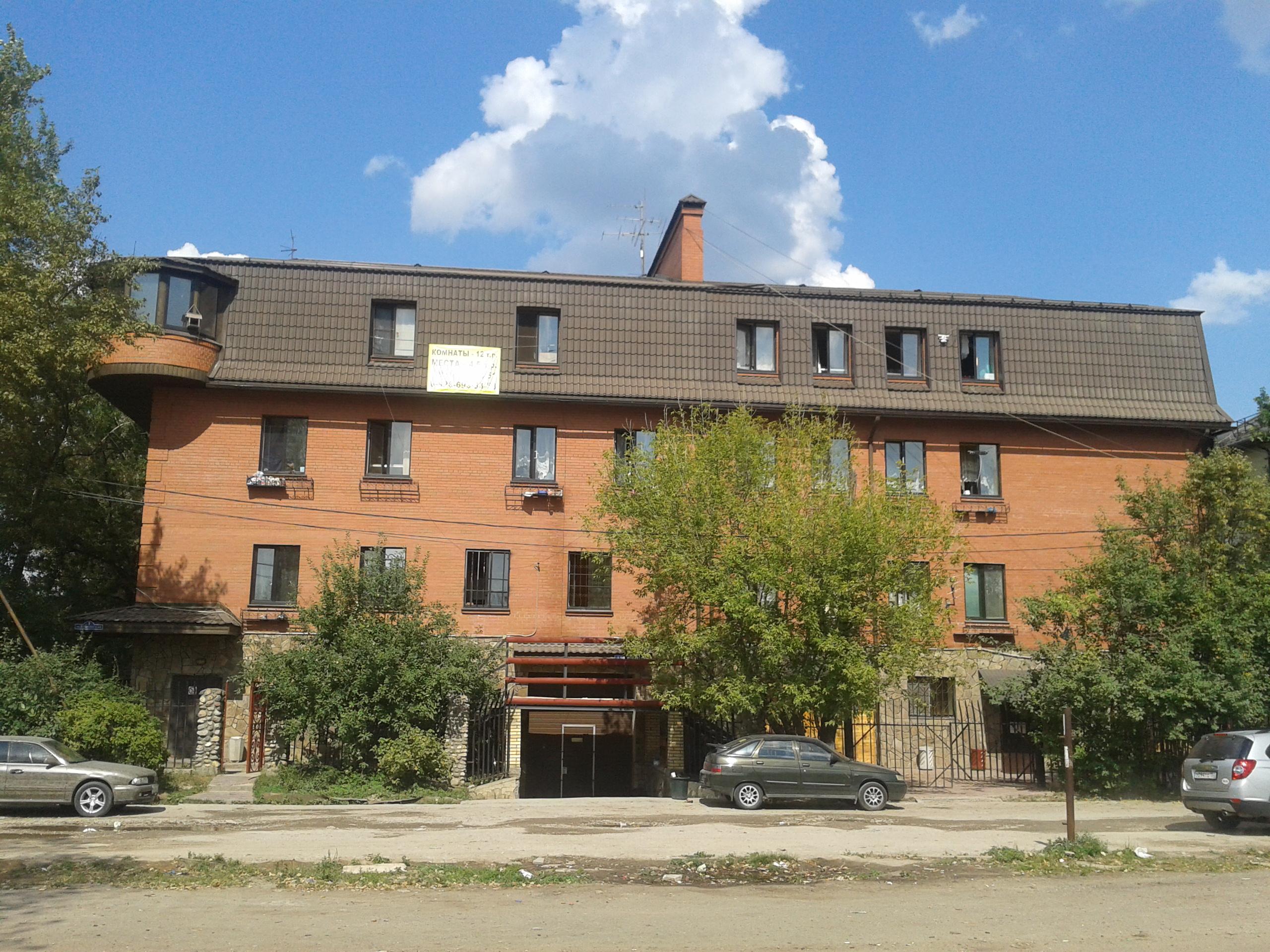 Вид на общежитие со стороны станции Салтыковская.